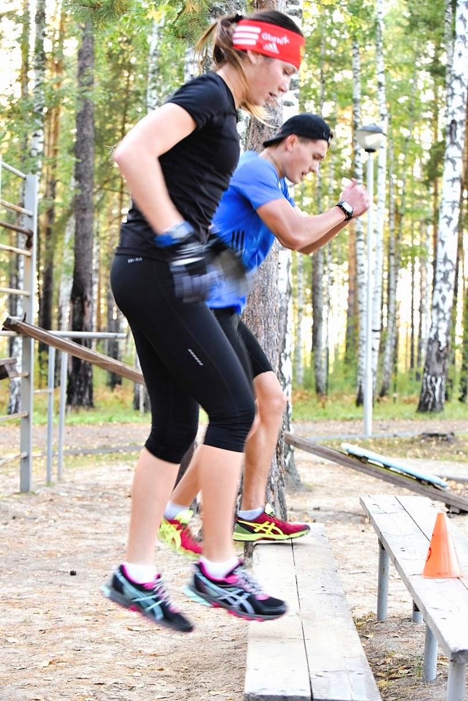 Вот и упражнения с выпрыгиванием вверх на ступеньке-лесенке. Конечно, это не совсем и ступенька, да и не лесенка, но оно так называется. Валерия Васнецова и Глеб Слободенюк выполняют его парой