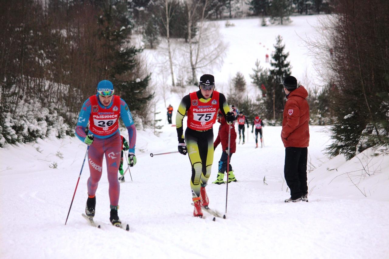Антон Тимашщов на втором кругу. Параллельно бегут третий круг спортсмены, стартовавшие ранее.