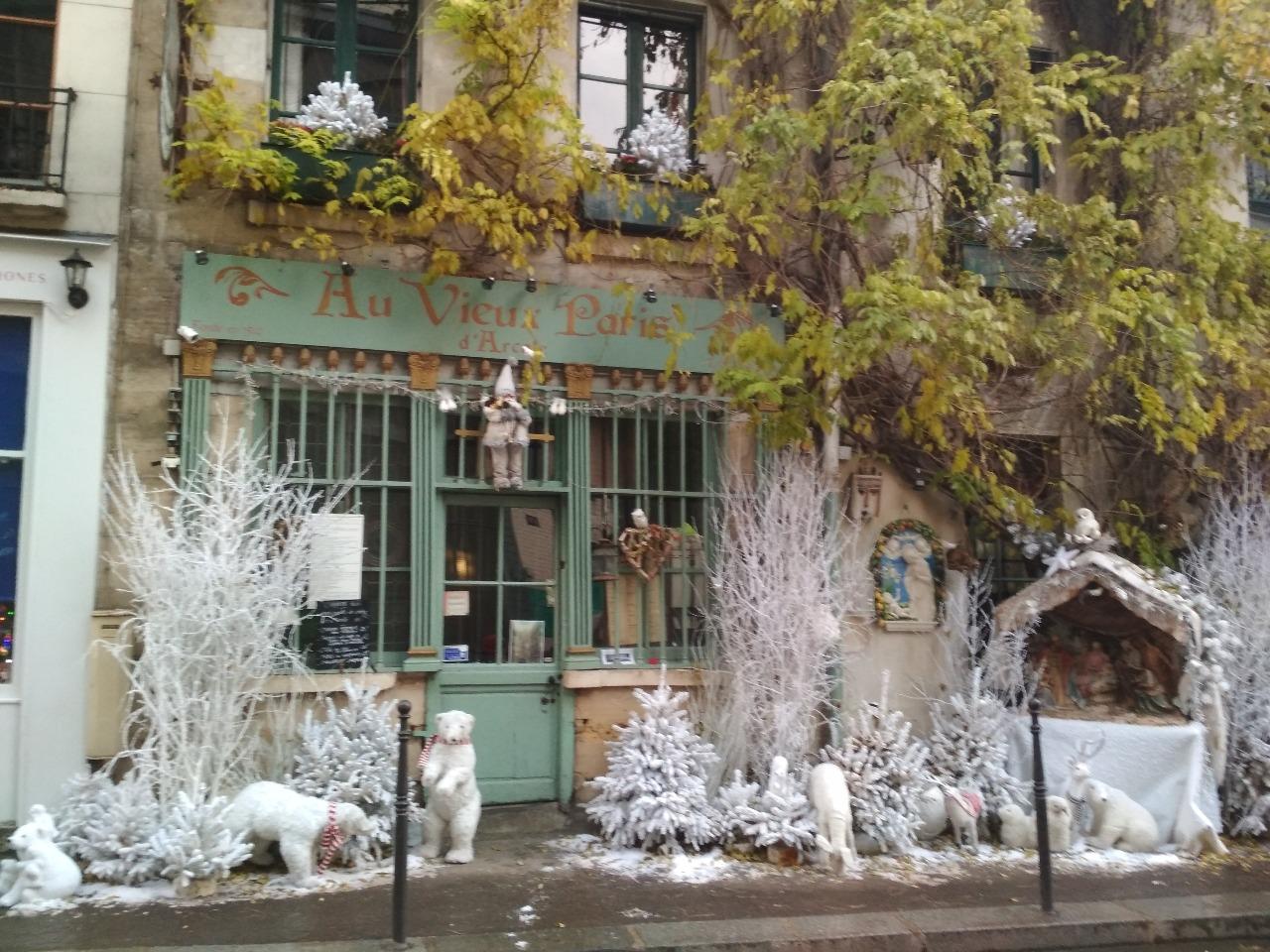 Снега в Париже нет, приходится делать на Рождество вот такие штуки