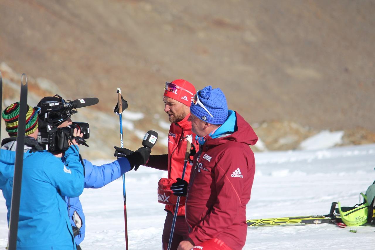 Алексей Петухов и Маркус Крамер дают интервью норвежскому телевидению на глетчере в Валь Сеналесе.