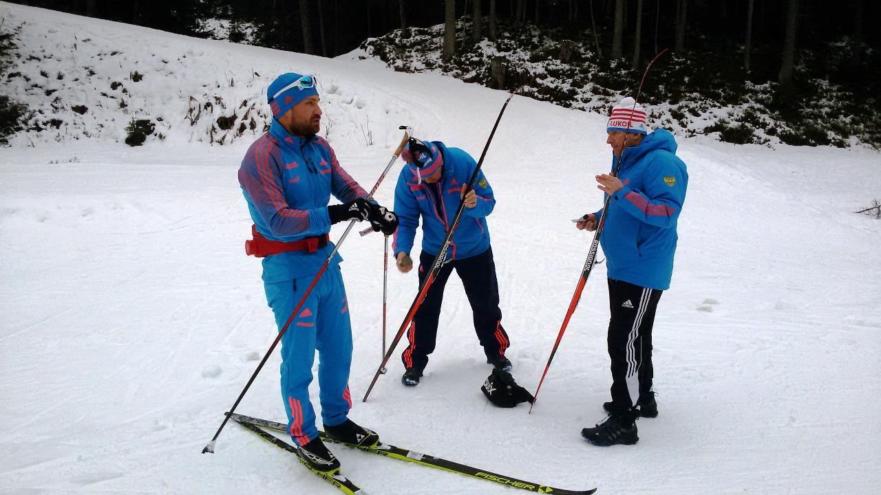 На первом снегу в финской Саарисельке (Алексей Петухов и тренеры спринтерской группы М.Т.Девятьяров и Ю.М.Каминский).