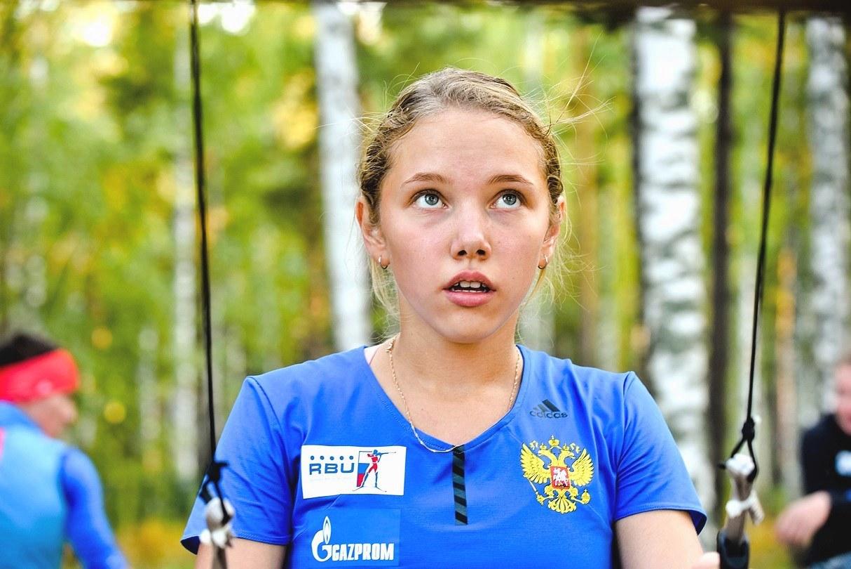 Кристина Егорова пройдя весь круг со сменой мест вновь вернулась к лыжному тренажёру