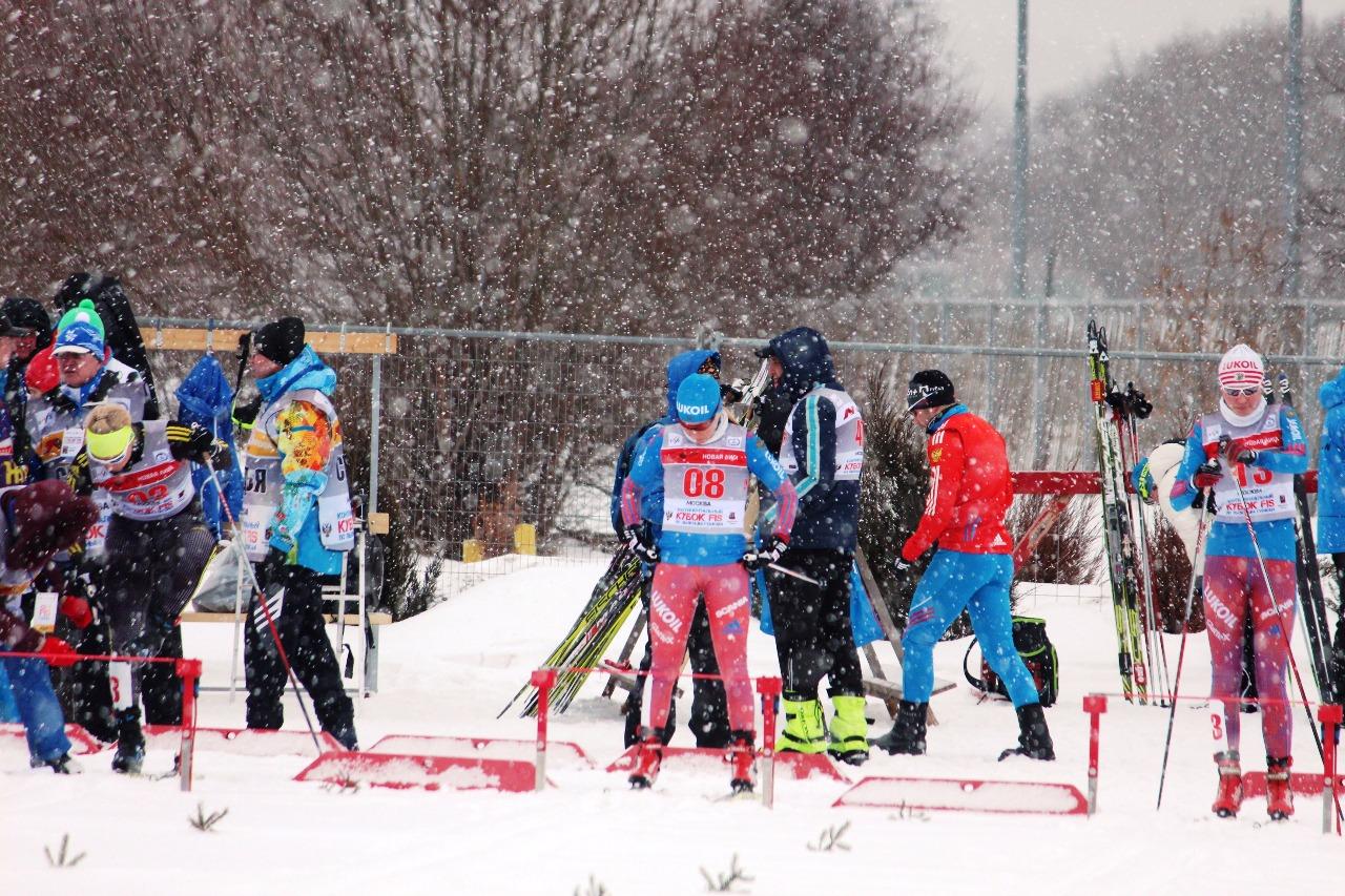 Наталья Ильина под номером 8 настраивается на гонку.