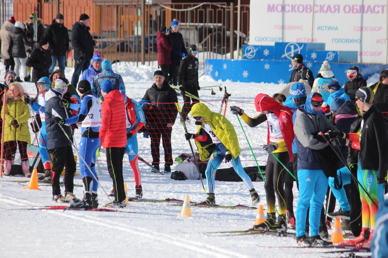 Спортсмены четвертого этапа в ожидании смены.