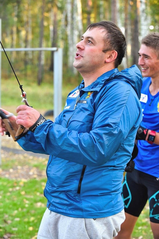 Как и с какой интенсивностью надо выполнять упражнение с лыжным тренажёром только-только показывал старший тренер юниорского состава Ихсанов Максим Фирдаусович. Камера не успевала запечатлеть его движения, столь высока была их скорость :)) Впечатлён и Карим Халили