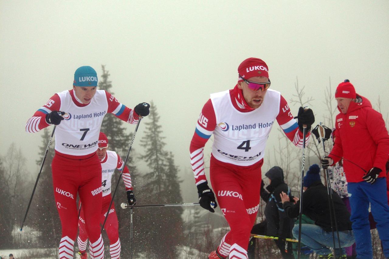 В забеге лидирует Илья Семиков, его преследуют Андрей Собакарев (7 номер) и Максим Вылегжанин (14 номер).