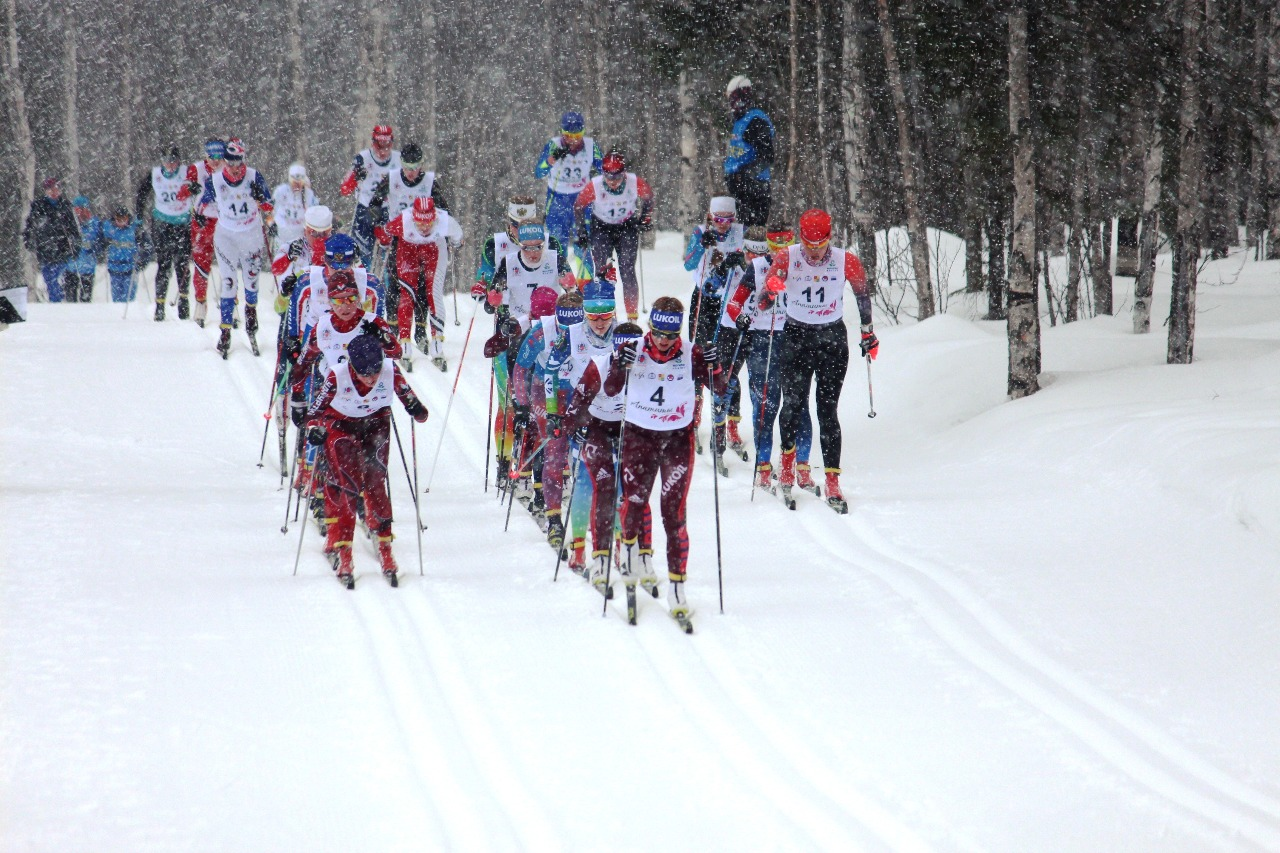 Оторваться на первом кругу лидерам не удалось. Снегопад скорректировал скольжение. Ехавшие сзади смогли подкатиться к лидерам.