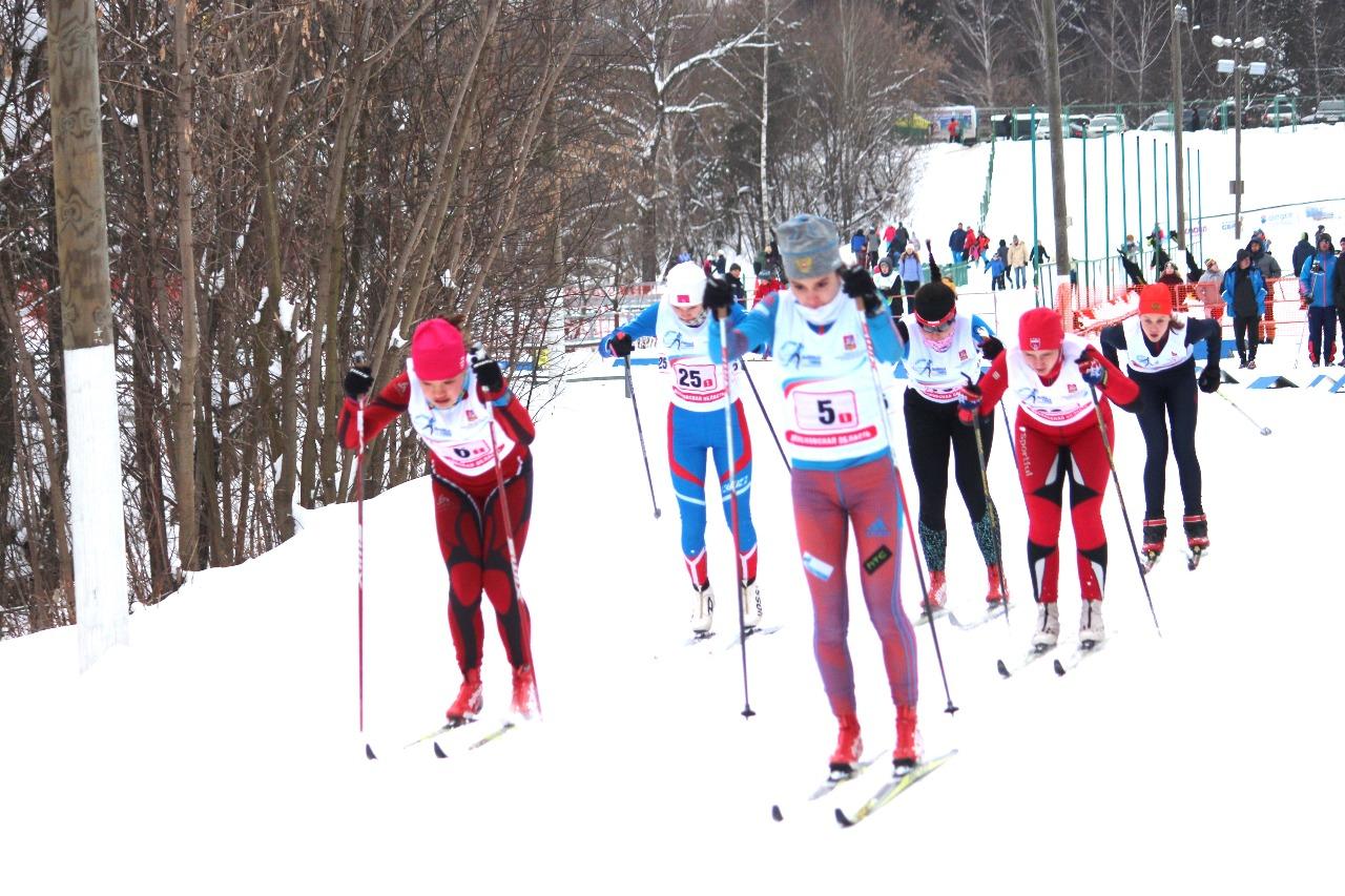 Третий четвертьфинал. Впереди Кристина Павлушина (ЛК Наседкина, номер 5) и Алиса Лопухова (Одинцовский район).