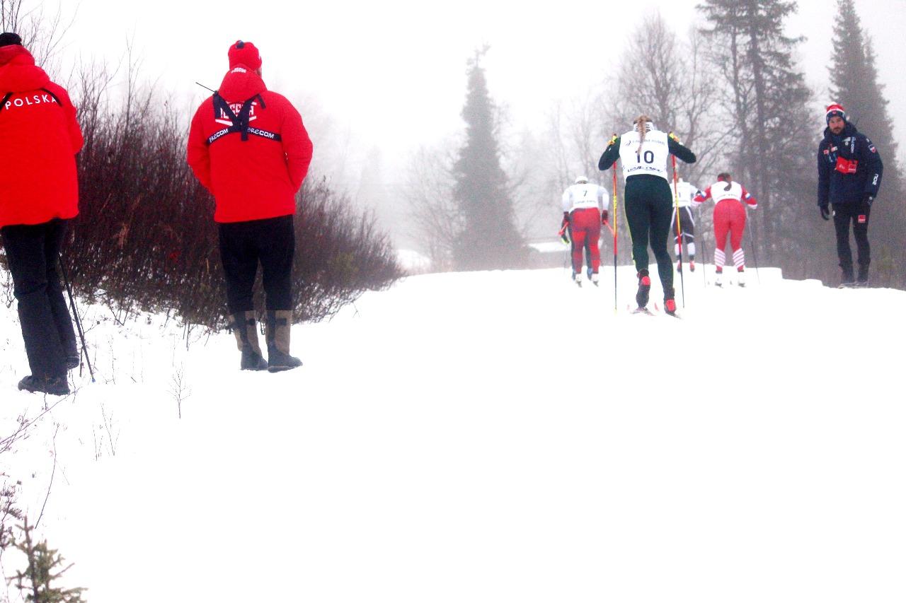 Юрий Бородавко провожает взглядом свою полуфиналистку Наталью Нерпяеву.
