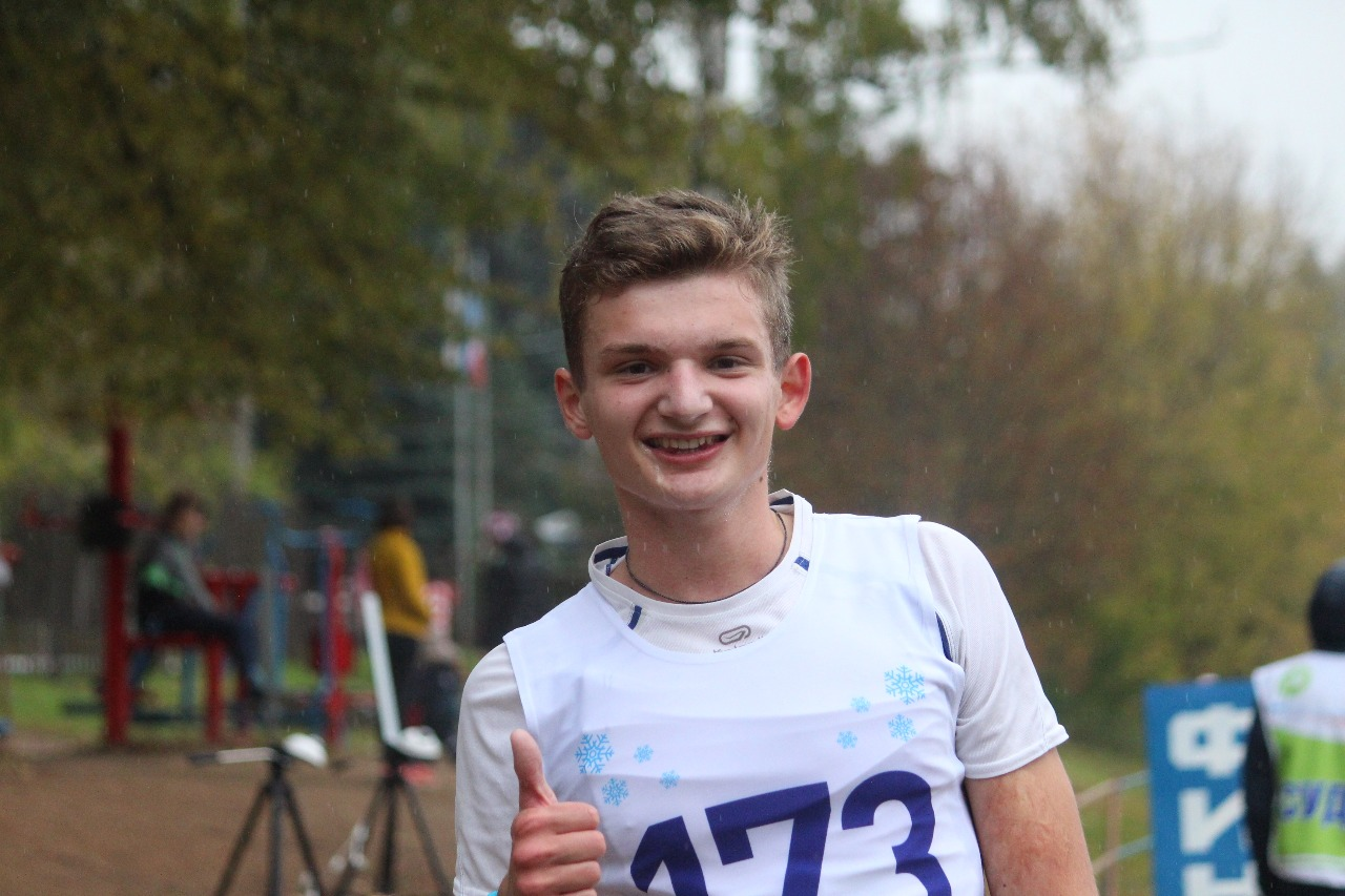 Победитель в кроссе среди юниоров Алексей Зернов.