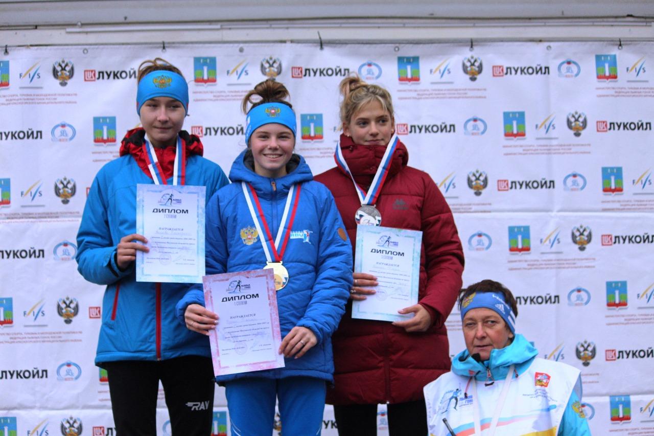 Победительница и призеры соревнования в кроссе у девушек среднего возраста.