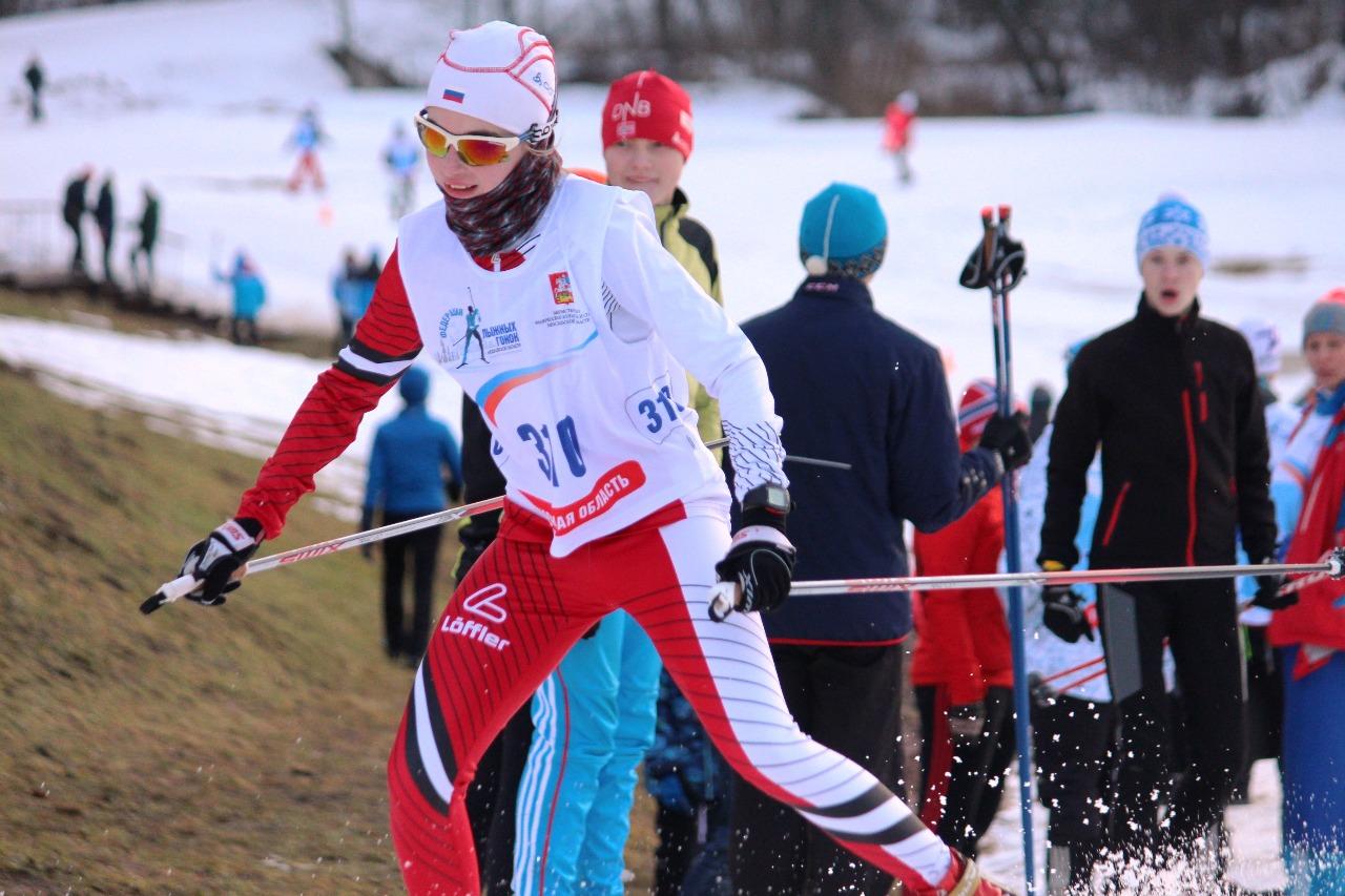 Шатурская лыжница Александра Черня борется за второе место.