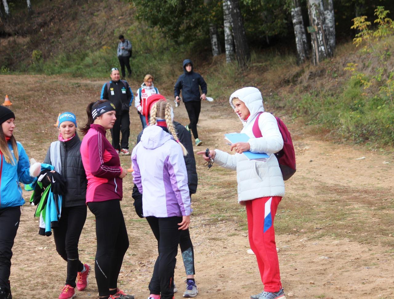 Тренер Истины Марина Кавецкая со своими спортсменками.