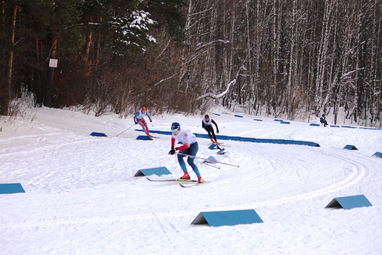 Вираж на спуске проходят Александр Анцупов, Артемий Савкин и Даниил Угольников.