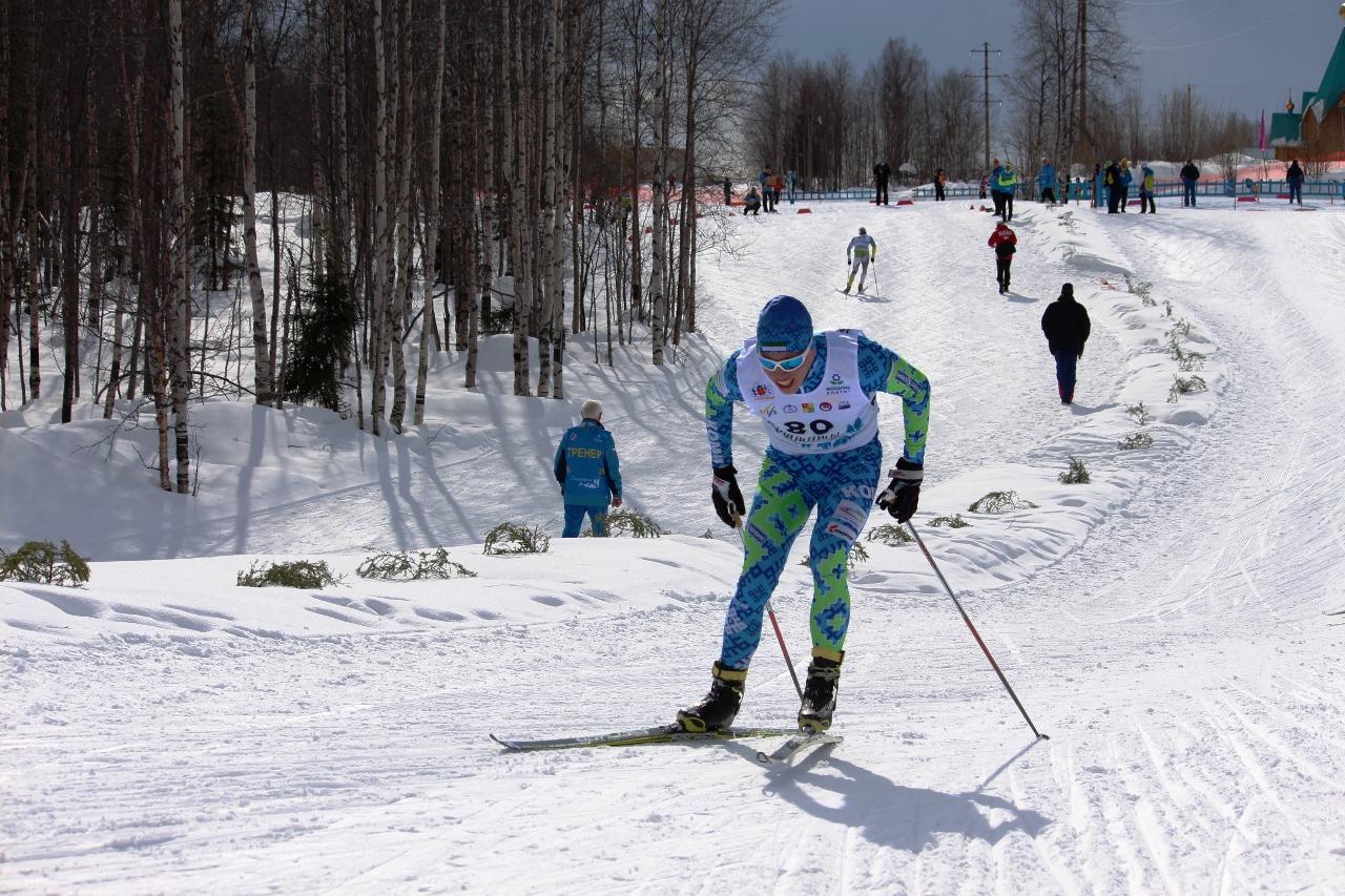 На этой фотографии Порошкину предстоит еще пройти спуск и подъем, а на заднем плане Ступак уже преодолевает последние метры подъема и выходит на финишную прямую.