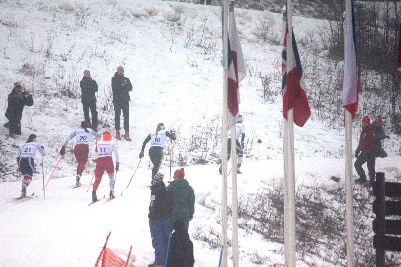 Позади первый и единственный крутой подъем на этом спринтерском круге. Дальше спортсменки пробегут пару сотен метров по равнине, преодолеют небольшой тягун и развернутся на спуск.