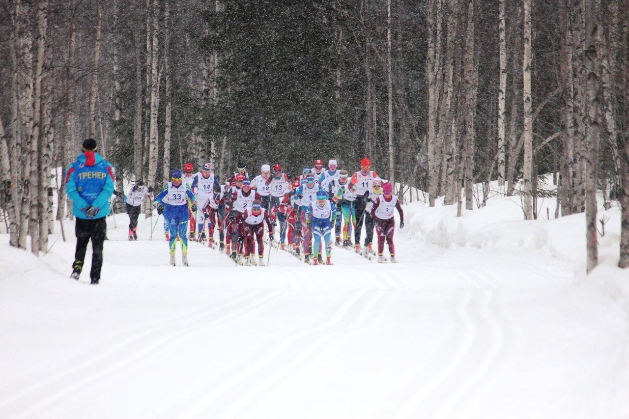 В этот момент стартовавшая последней казахская спортсменка выбирается на лидирующую позицию, видимо, решив, что темп для нее слишком спокойный.
