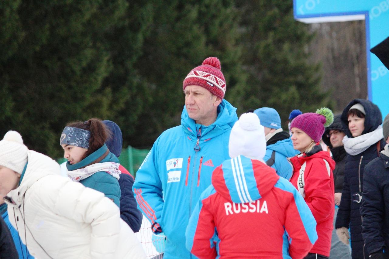 Президент лыжного клуба Наседкина и вице-президент Федерации лыжных гонок Московской области Алексей Нуждов внимательно наблюдает за ходом соревнований.
