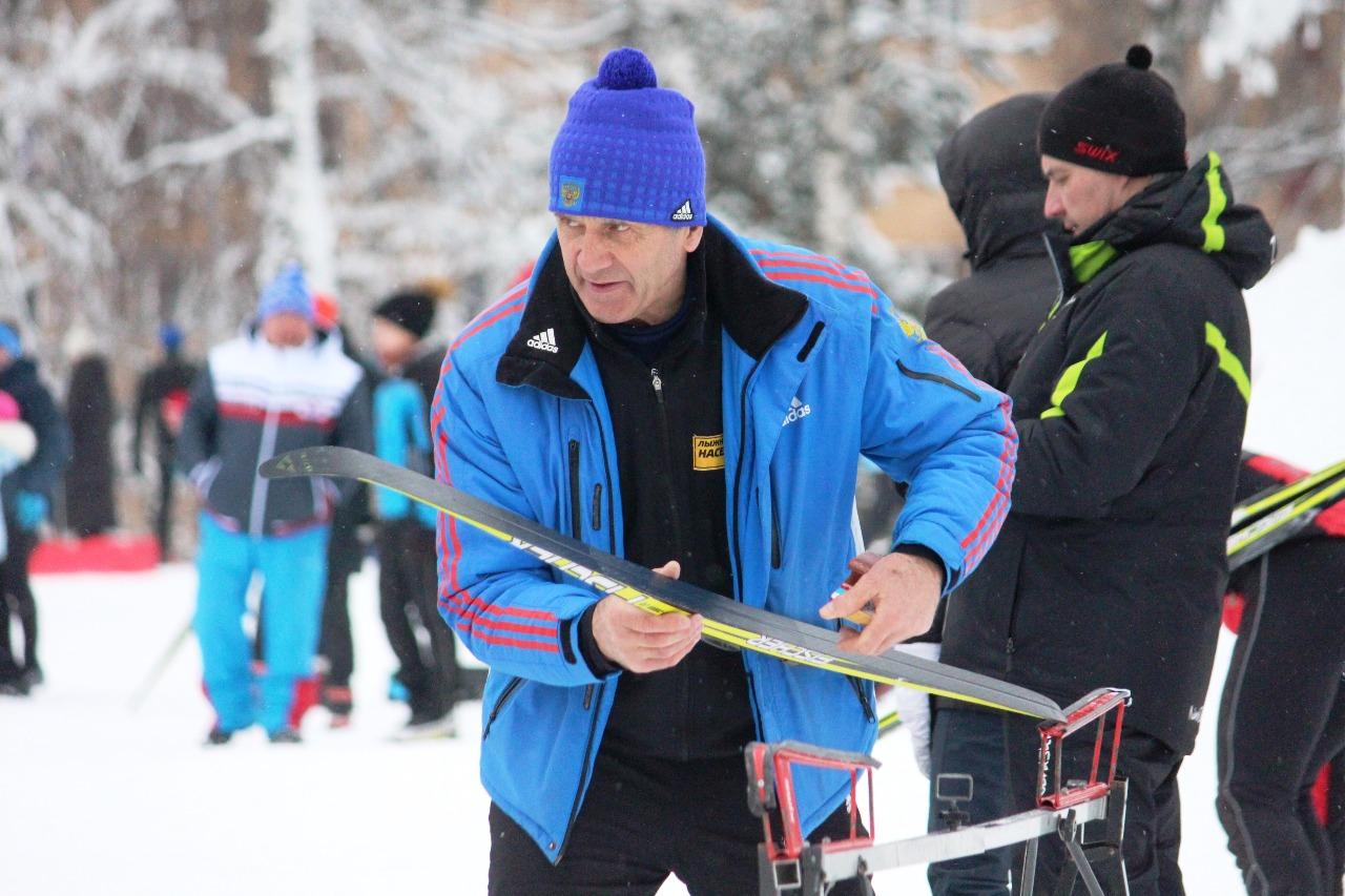 Тренер ЛК Наседкина Алексей Войчин готовит лыжи своим воспитанникам.