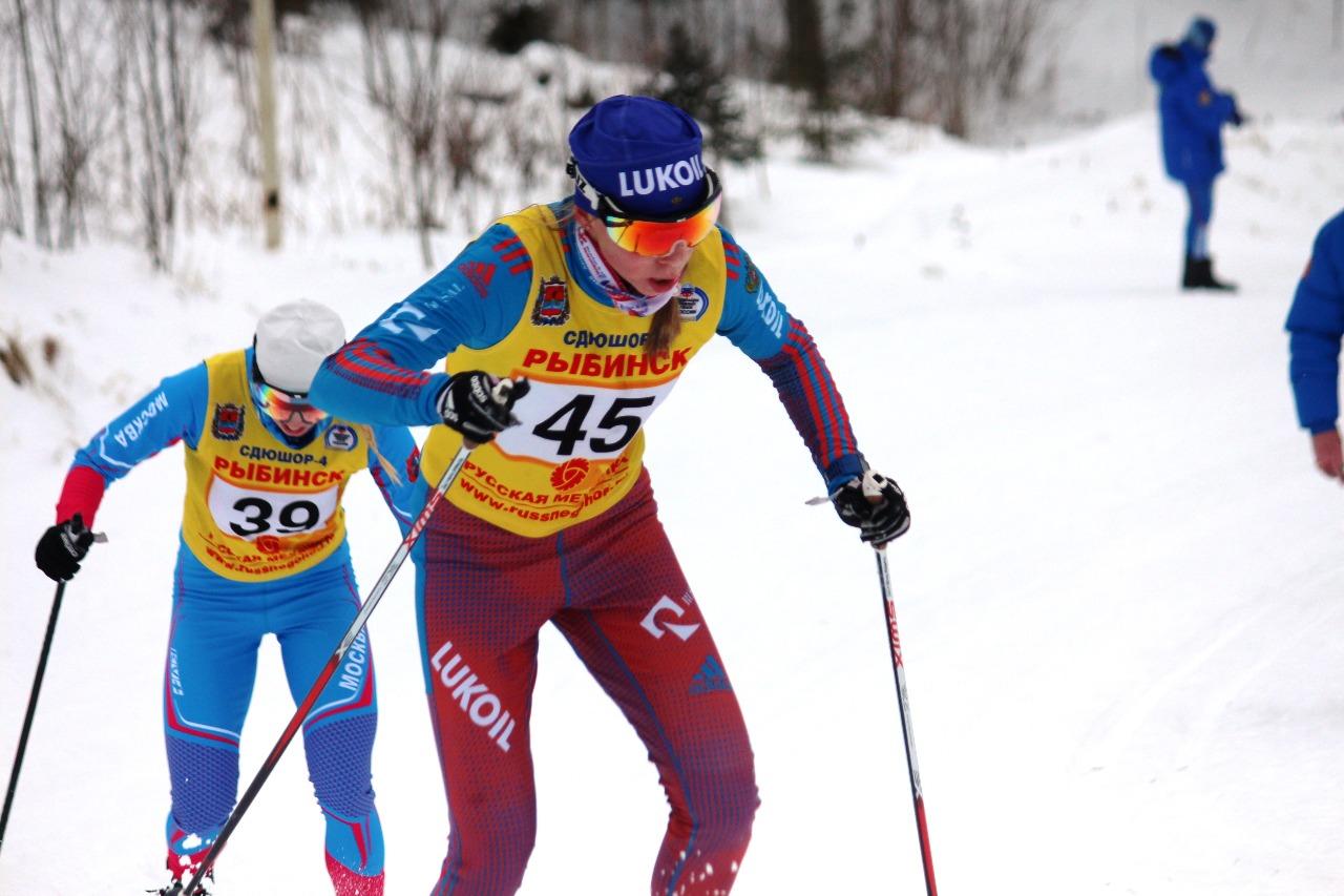 """Наталья Смтирнова штурмует финишный """"выключатель"""" и мчится к финишу. На этот момент она еще идет лидером по бегущим перед ней спортсменкам."""