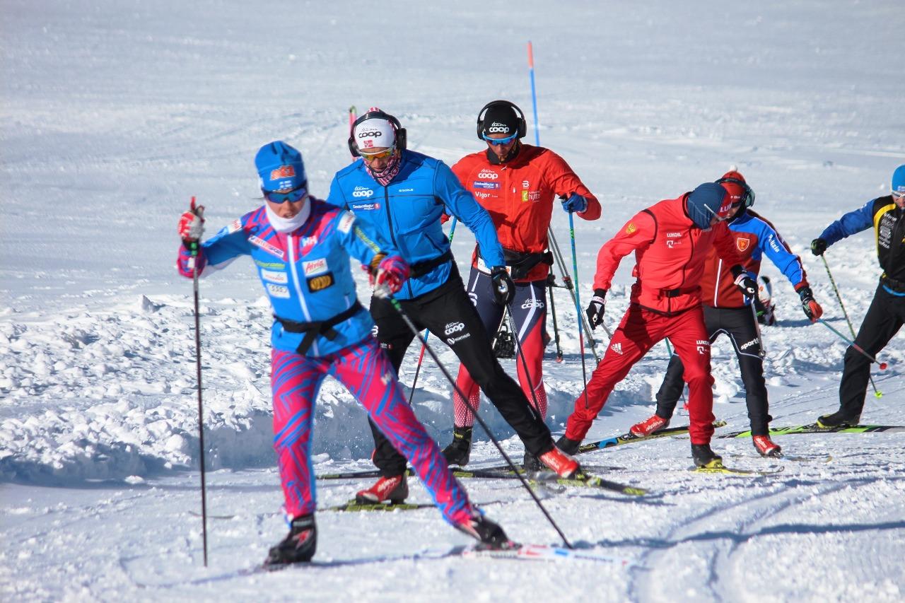 """Многонациональный лыжный """"паровозик"""" возглавляет Криста Пармакоски."""