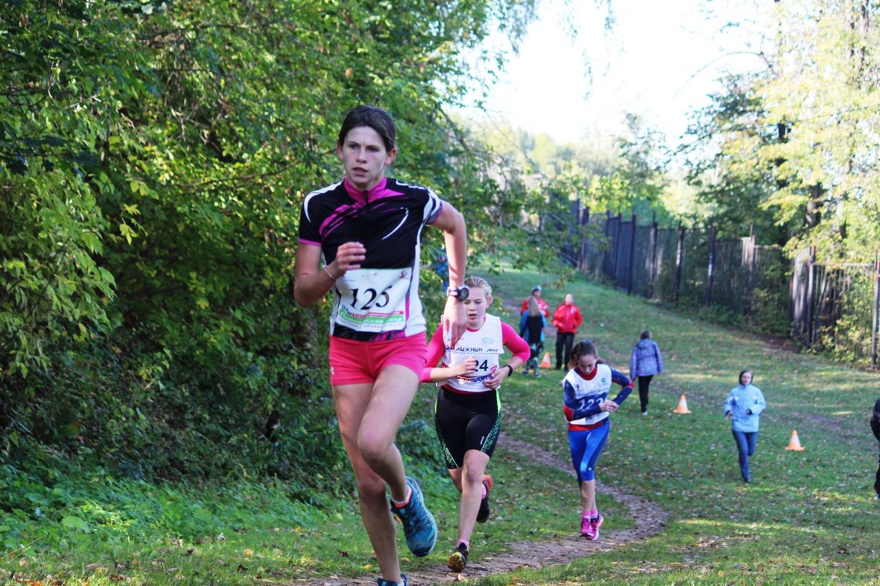 Впереди Екатерина Кувшинова (125 номер, Химки)