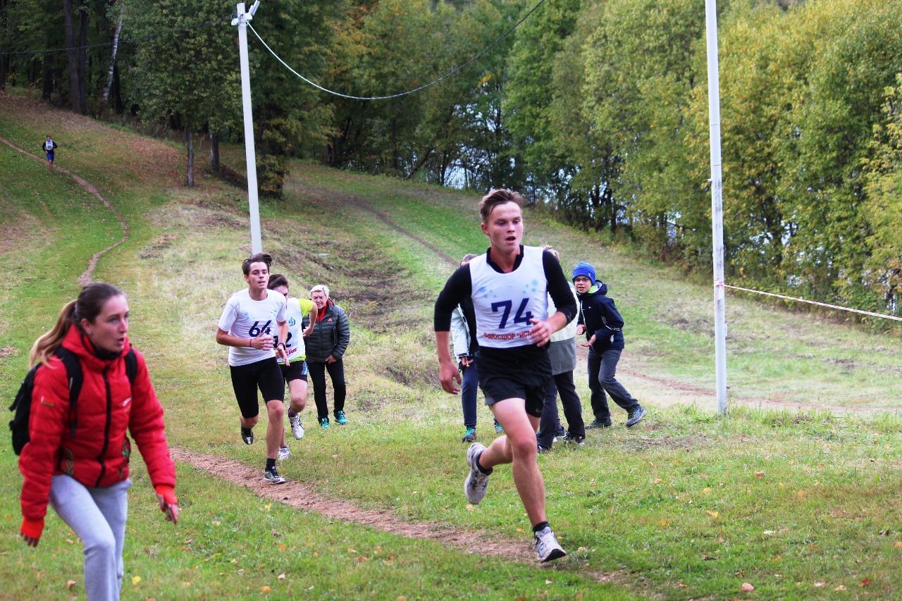 На последнем подъеме Денис Роскошин (74 номер, Истина). До финиша примерно 500 метров.