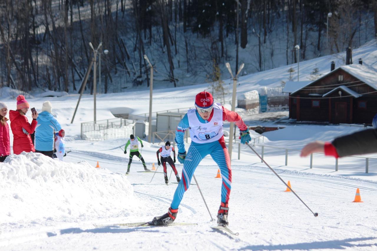 Борьба на заключительном этапе. Впереди Демьян Аносов, которого пытается достать Максим Будильников.
