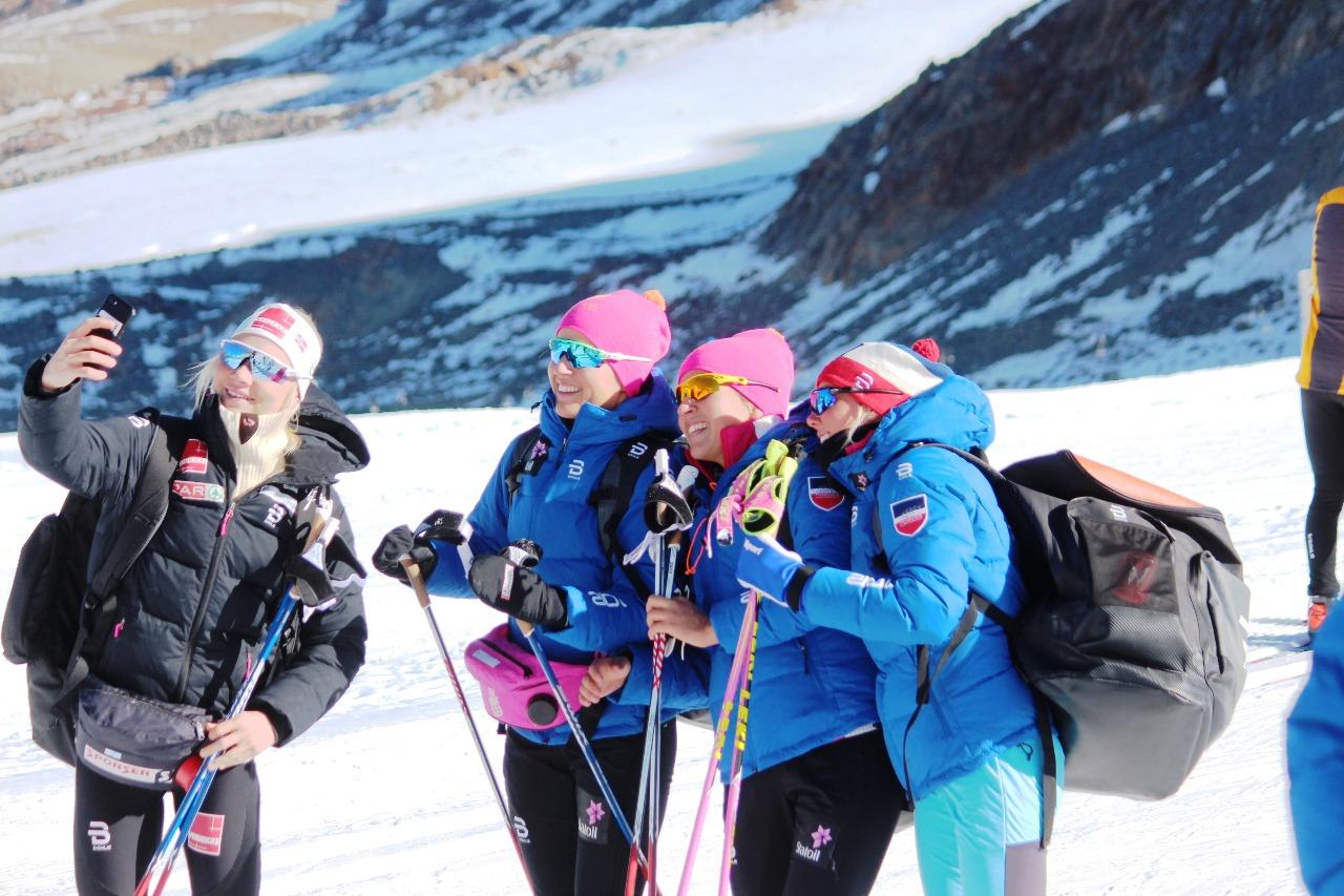 Молодые норвежки в процессе модного селфи-фотографирования.