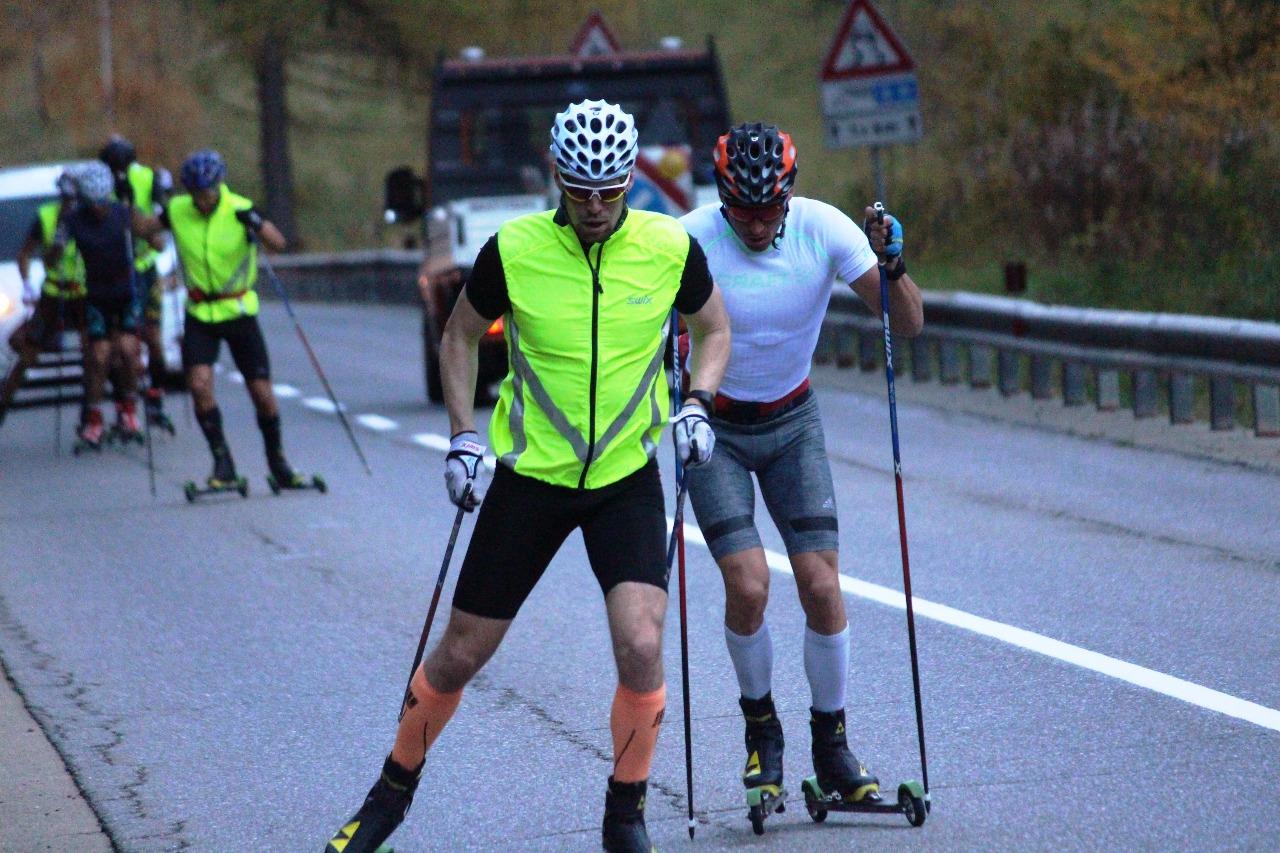 Следующий отрезок после отдыха спортсмены начали более плотной группой из 5 лыжников. По-прежнему лидирует Сергей Устюгов.