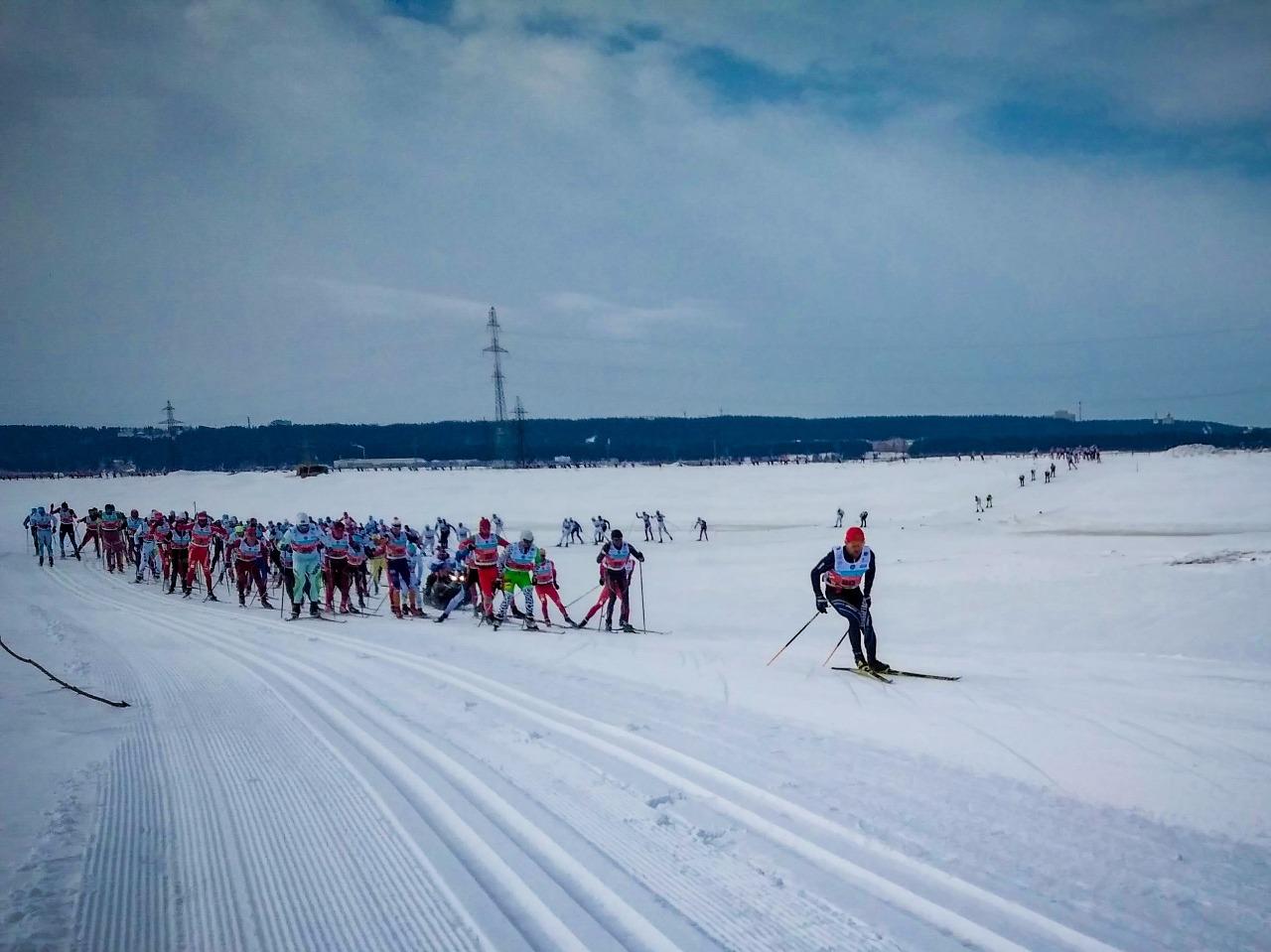 Пятый километр гонки: гонщики всё ещё идут большой группой приблизительно из 60-70 человек. Она распадется только после 15-го километра дистанции.