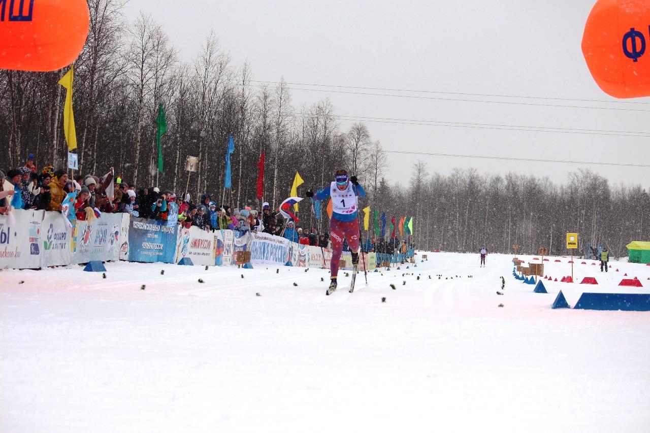 Полина Некрасова пересекает финишную черту первой.