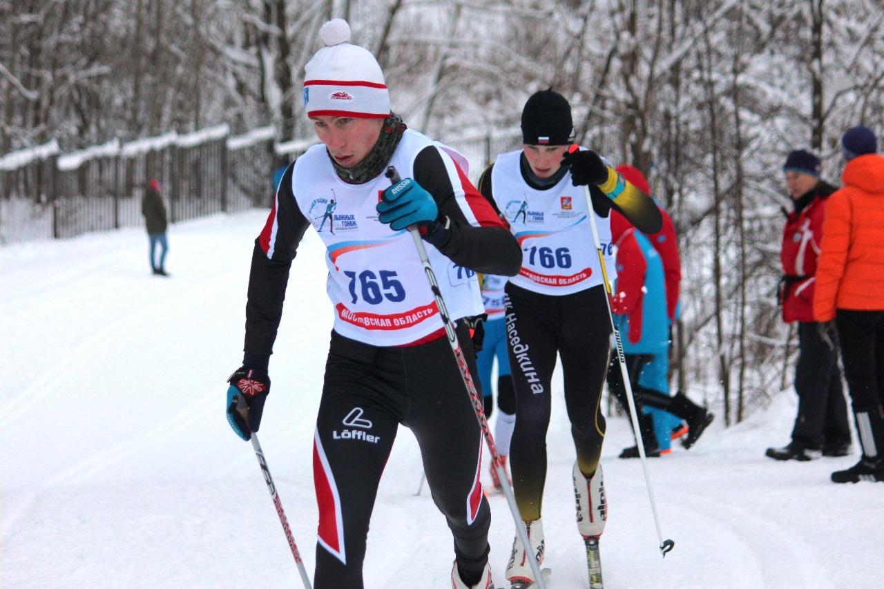 На дистанции юноши среднего возраста Иван Першин из Ивантеевки впереди и Николай Василевский (ЛК Наседкина) чуть сзади. На финише они поменялись местами.