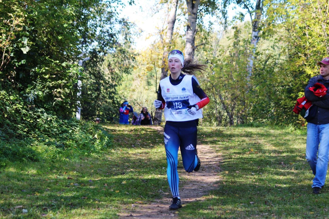 На дистанции спортсменка из Рузы Екатерина Шибекина.