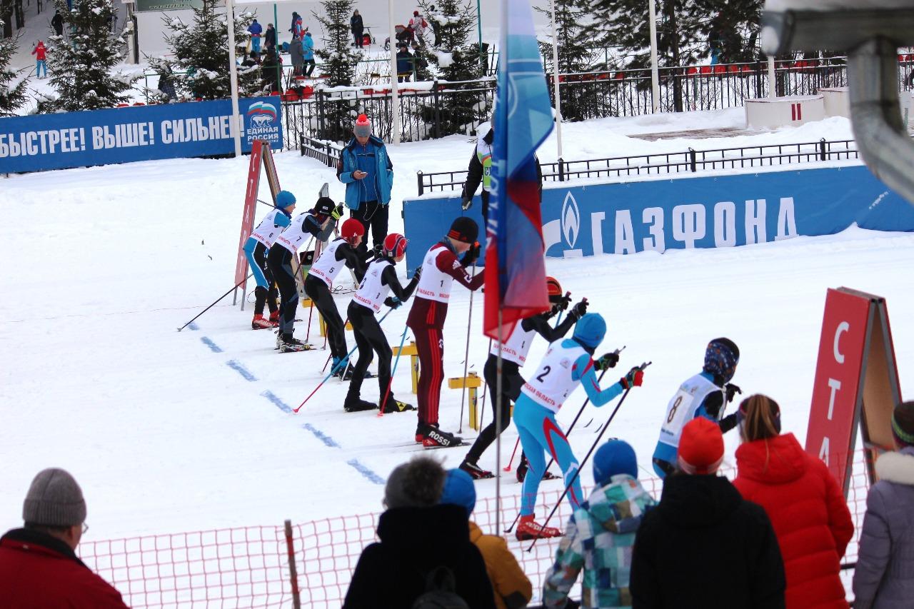 На старте финальный забег у мальчиков. Как мы видим, самый высокорослый среди участников - лыжник под первым номером...