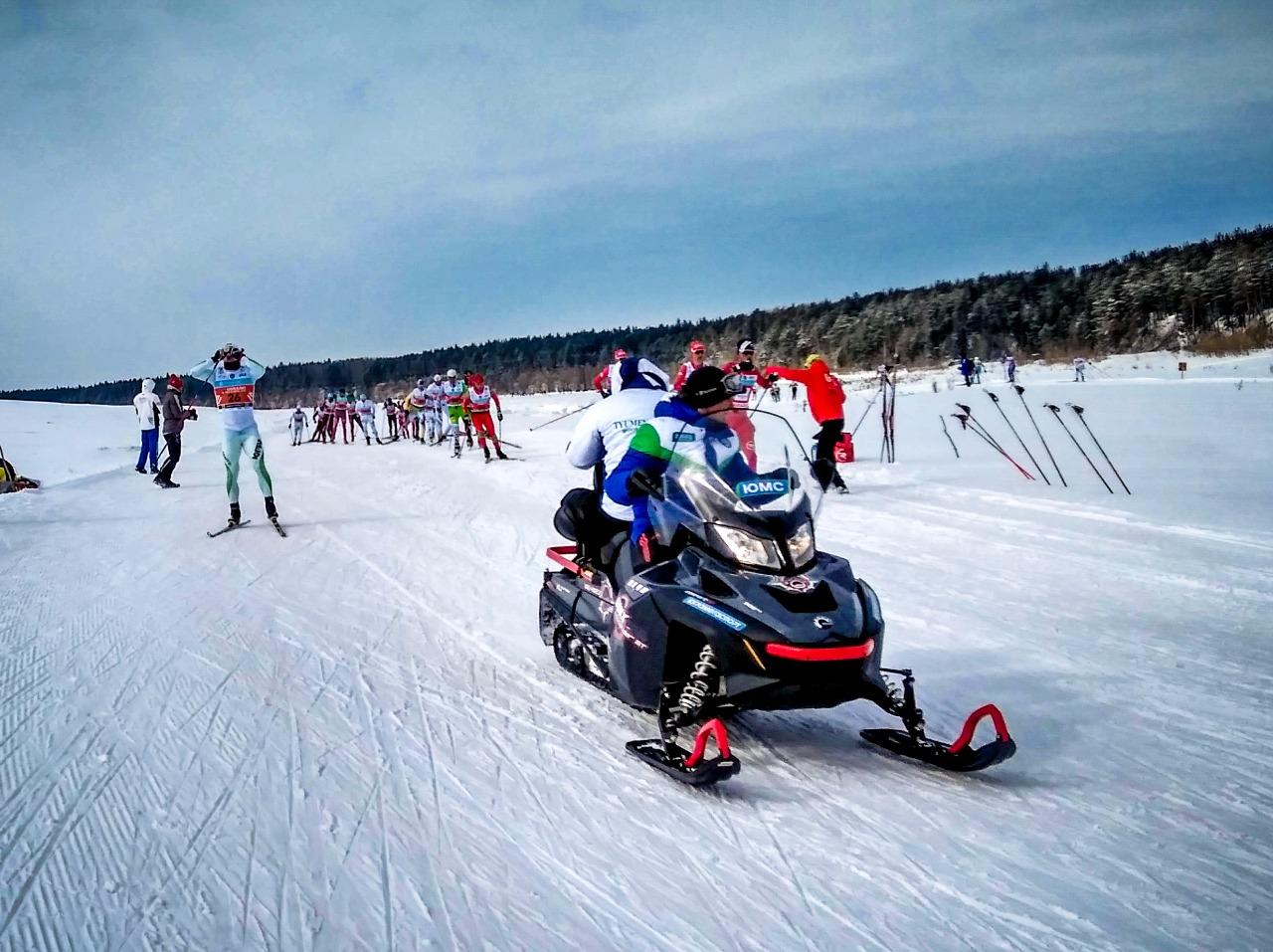 Снегоход всё время шел с лидерами, а оператор на нём снимал ход борьбы. Питание принимает лидировавший по ходу гонки Рифат Сафиуллин.