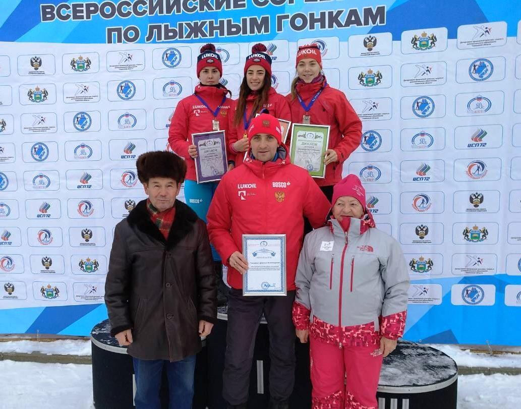 Награждение победительницы и призеров гонки юниорок до 23 лет на дистанции 10 км свободным стилем.