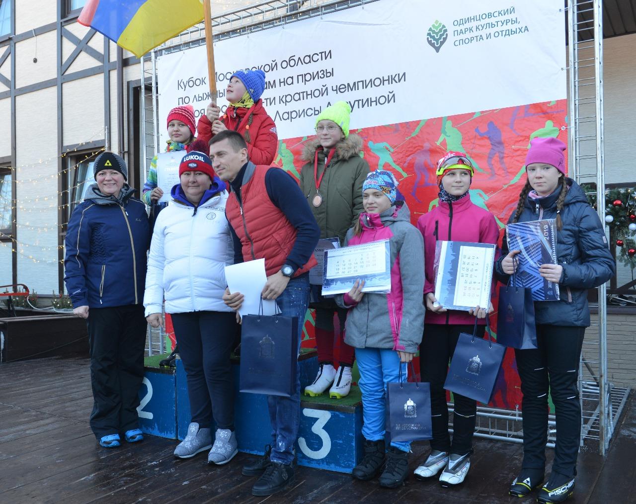 Церемония награждения у девочек самой младшей возрастной группы. Приятно получать награды из рук олимпийских чемпионов Ларисы Лазутинрой. Елены Вяльбе и Александра Легкова.