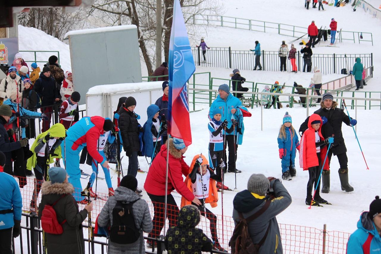 Предстартовая суматоха - родители провожают в первый финальный поединок своих юных лыжников...
