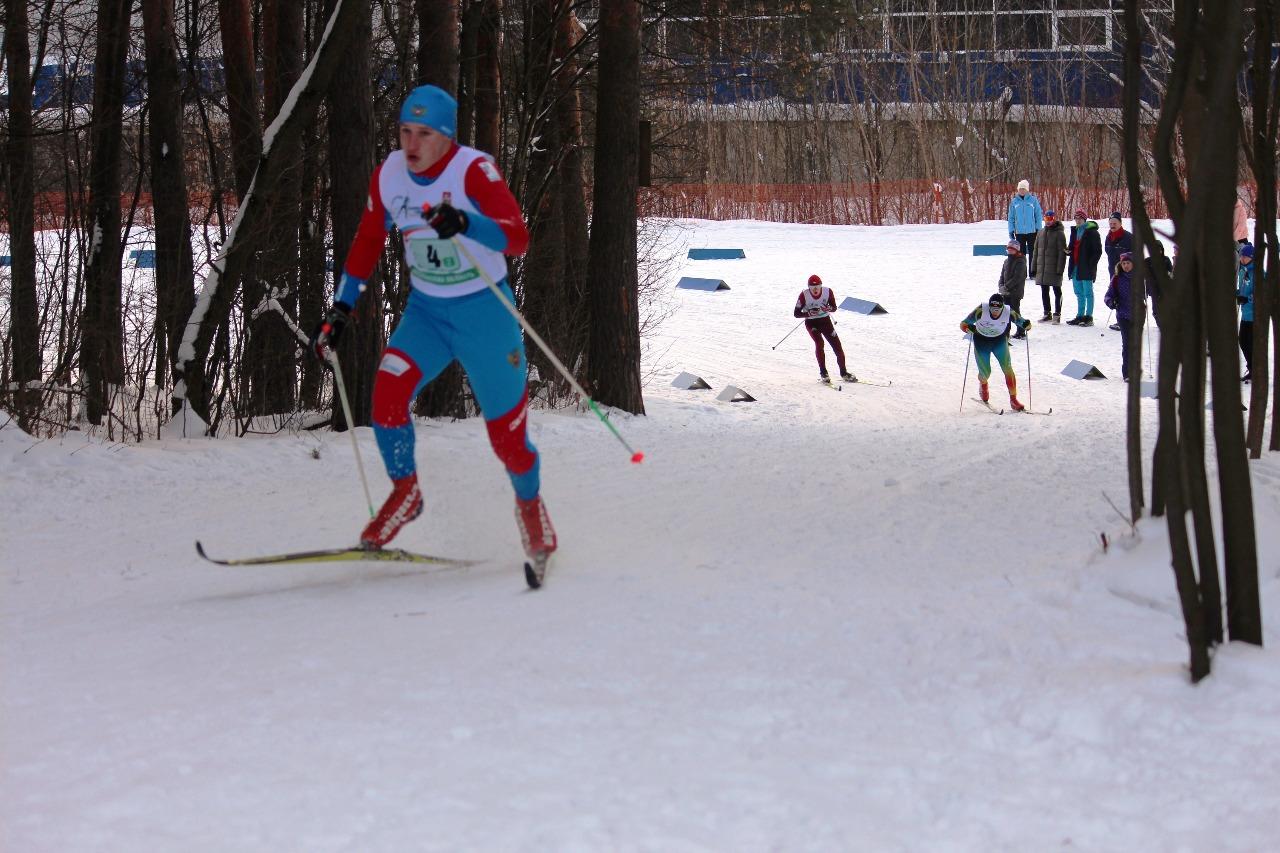 Егор Годарев убегает от преследователей на заключительном подъеме.