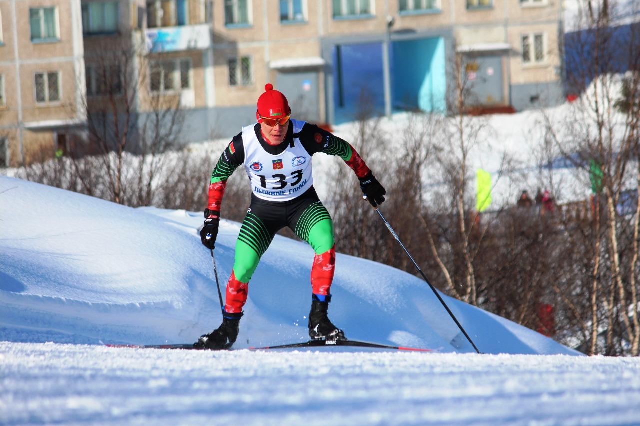 На дистанции лидер - белорусский лыжник Михаил Семенов.