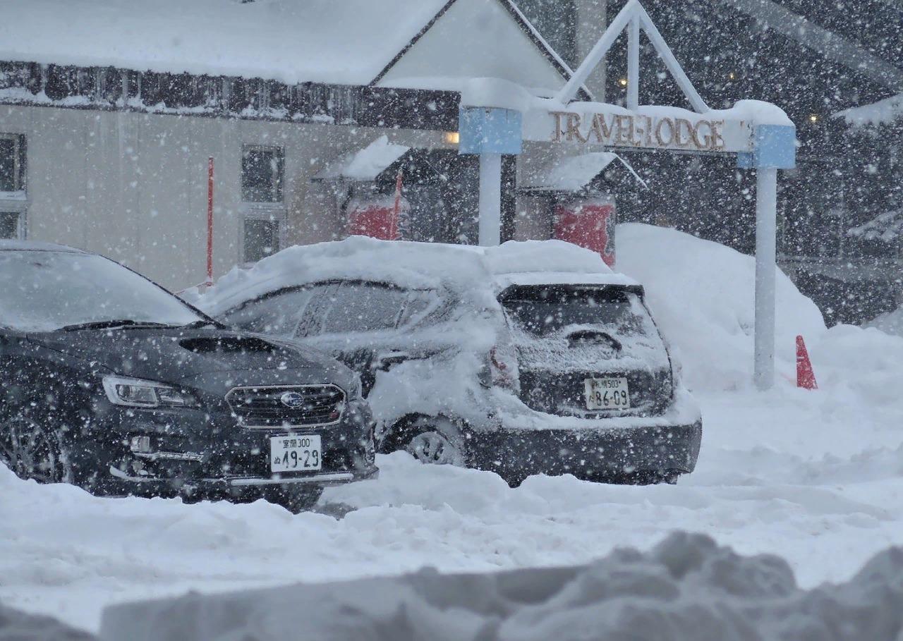 Снег на курортах Хоккайдо мягкий, за зиму его выпадает около 9 метров.
