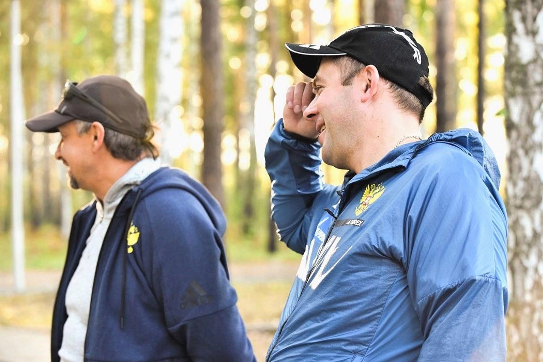 Внимательно смотрят и поддерживают ребят: тренер по стрелковой подготовке Самигуллин Ильгиз Нургаянович и старший тренер юниорского состава Ихсанов Максим Фирдаусович