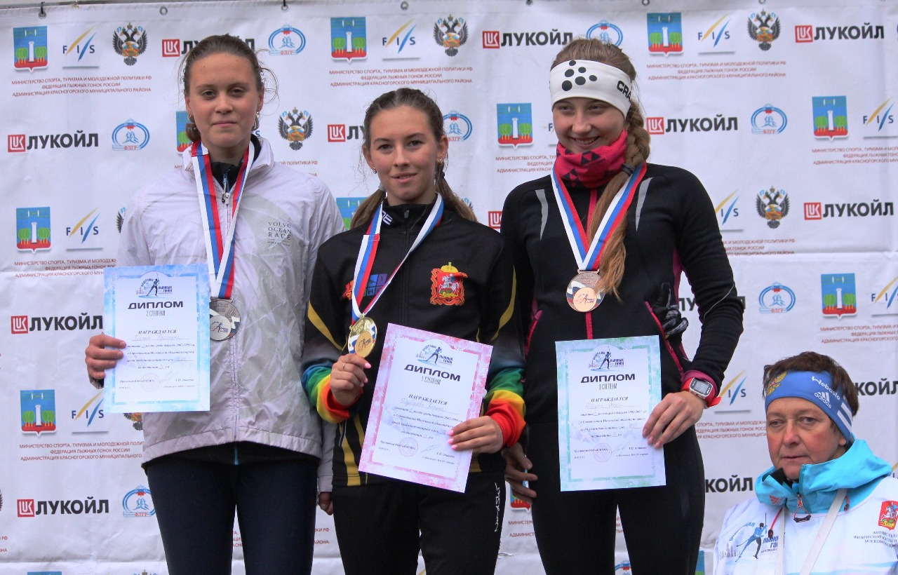Победительница и призеры соревнований девушек старшего возраста.