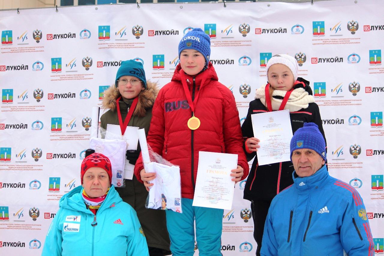 На пьедестале самые юные лыжницы (слева направо: Светлана Павлова (2 место, Химки), Софья Богословская (1 место), Мария Горяева (3 место, Истина)