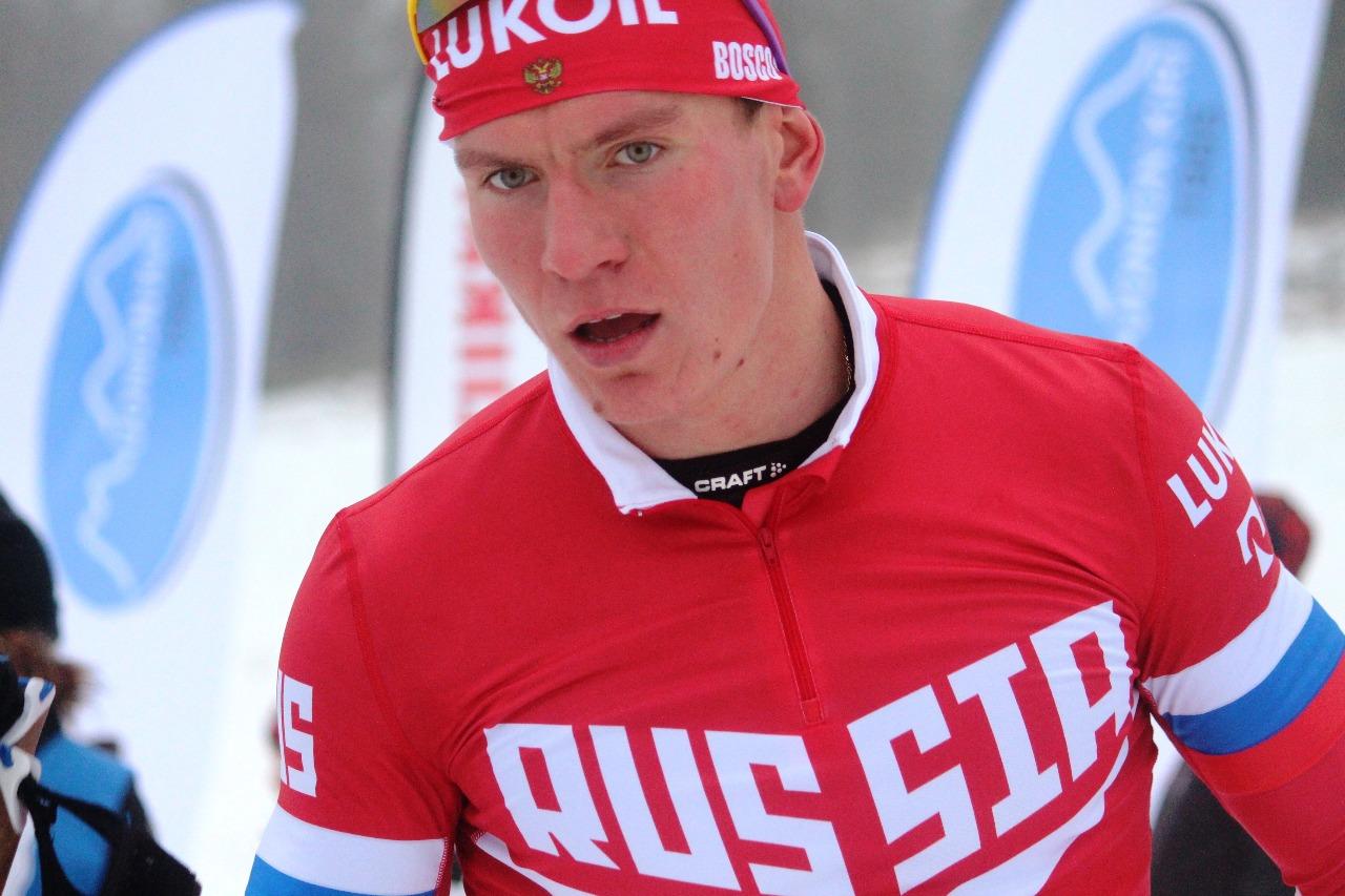 Александр Большунов через несколько секунд после финиша квалификации вполне доволен своим результатом - его время на первой строчке даже после финиша главного конкурента Эрика Вальнеса.