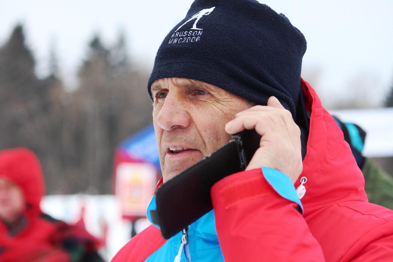 Первый тренер победительницы Алексей Войчин рассказывает по телефону своему шефу - президенту клуба Наседкина Алексею Нуждову как бегут спортсмены клуба.