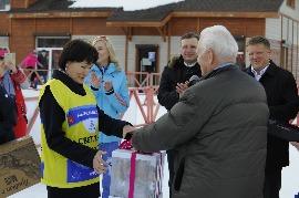 Вице-президент ФЛГР Валерий Федоров вручает подарок на день рождения двукратной олимпийской чемпионке по биатлону Светлане Ишмуратовой.