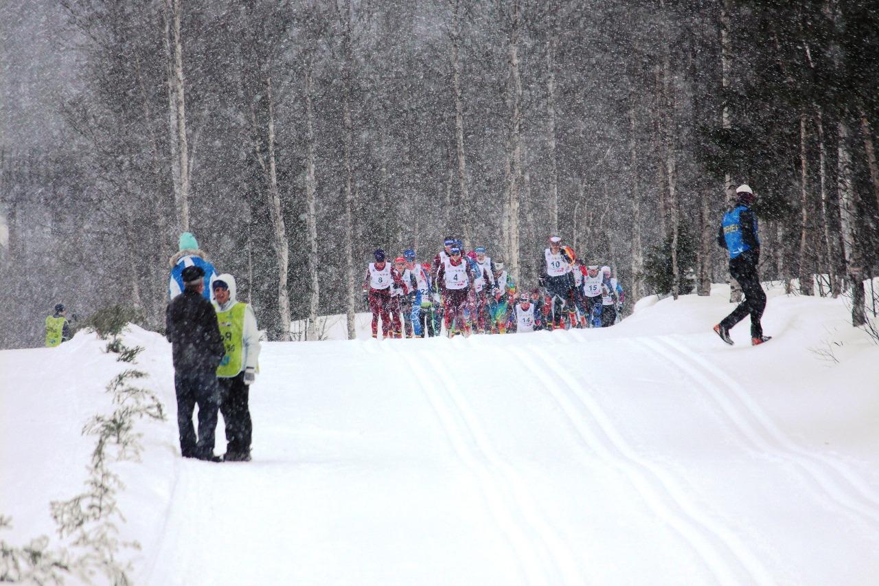 Длинный подъем с перепадами, завершающий 7,5-километровый круг. Здесь видно, что спортсменки снова идут достаточно плотной группой.
