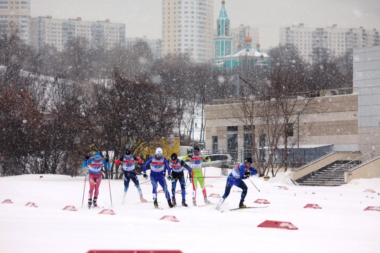 А на этой фотографии видною как начинает ускоряться перед виражом Николай Морилов.